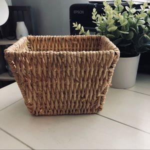 Woven wicker straw basket